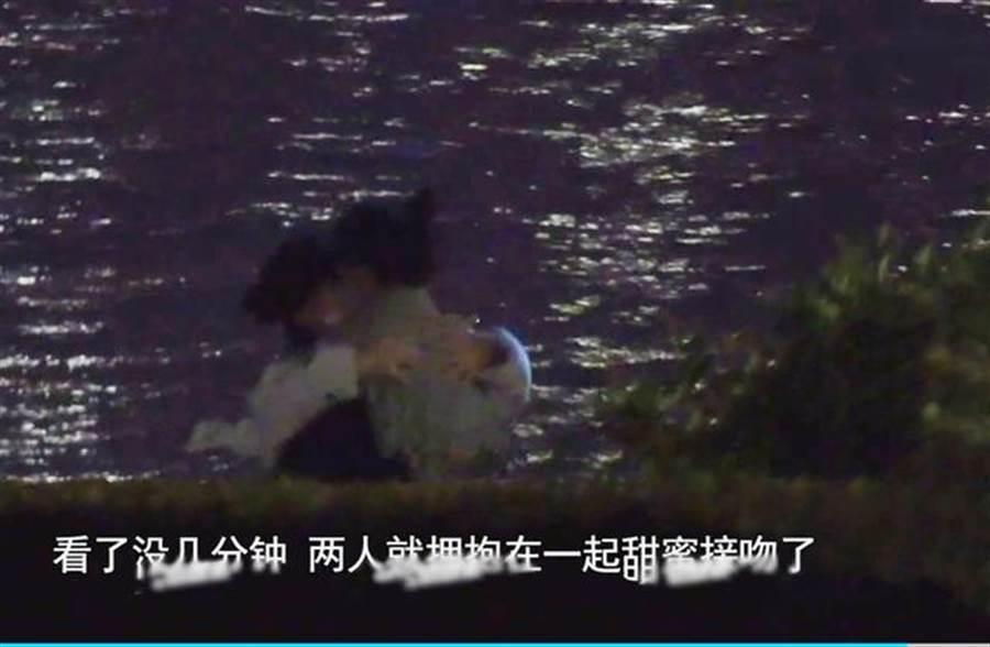 夫妻倆被直擊在江邊甜蜜熱吻。(圖/翻攝自新浪娛樂微博)