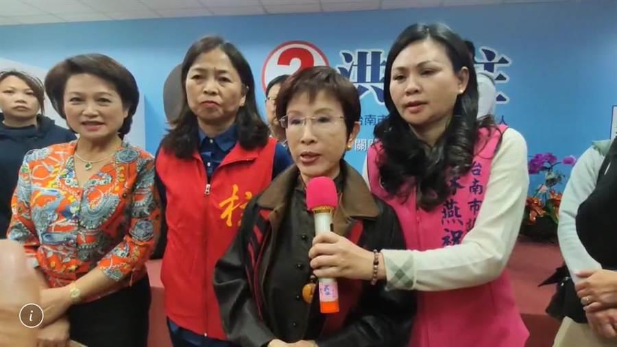 國民黨前主席洪秀柱(右二)疾呼國民黨要回魂。(曹婷婷攝)