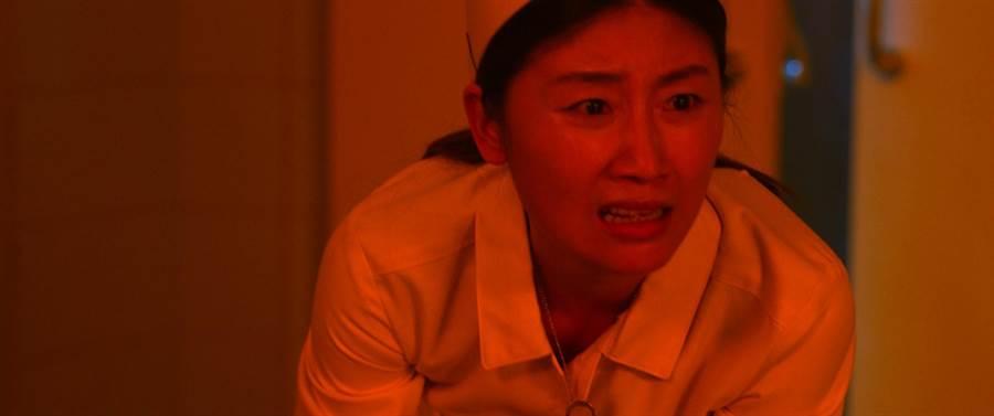 朱芷瑩在片中化身護士,有許多驚悚的演出。(影童提供)