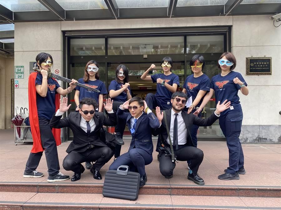 桃園警察分局防搶演練,特別結合電影情節,找來女警巧扮「神力女超人」,制伏由男警扮演的歹徒。(蔡依珍攝)