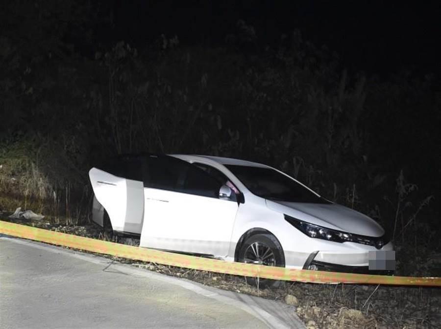 警方獲報趕到,確認車子是屬於黃姓上士所有,車內2人均已無生命跡象。(翻攝照片/林雅惠高雄傳真)