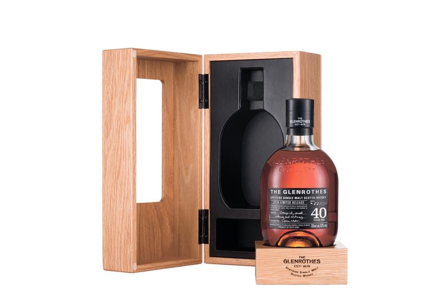 見證酒廠沿革變化的「格蘭路思40年單一麥芽威士忌」,全球限量594瓶,建議零售價118,900元。圖/業者提供