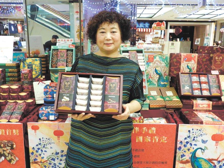 丰丹嚴選本舖總經理陳蓓梅展示自家商品。圖/丰丹嚴選本舖提供