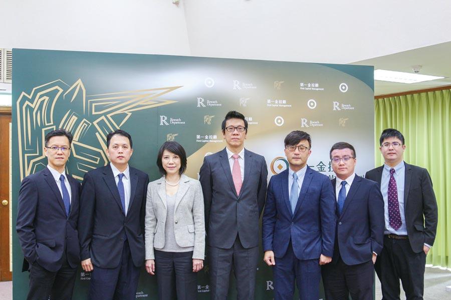 第一金證券董事長葉光章(圖中)、第一金證券總經理陳香如(左三)、第一金投顧董事長陳奕光(右三)及其經營團隊。圖/第一金證提供