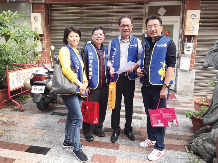 台中文心扶輪社親送年菜物資活動,社長陳彥伯(右二)和社友合影。圖/業者提供