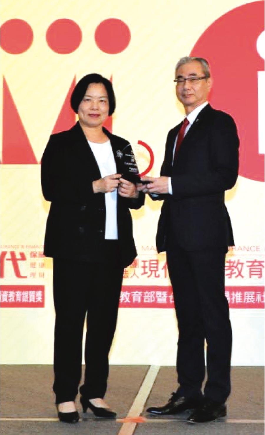 三商美邦人壽總經理張鎮坤(右)接受保險局局長施瓊華(左)頒贈獎盃。圖/三商美邦人壽提供