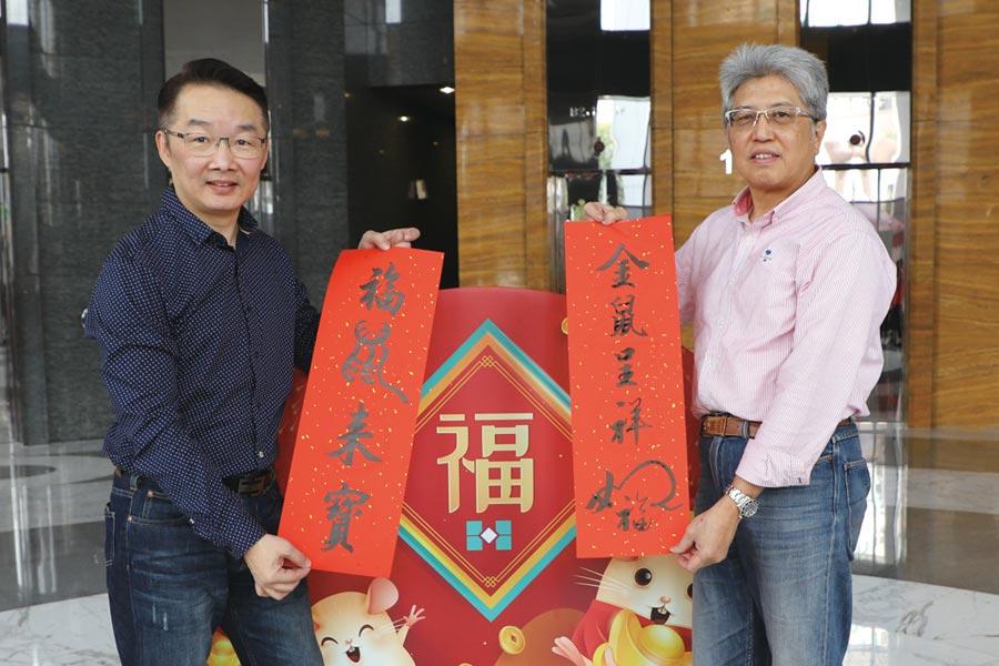 李江倍老師(左)、潘建銘老師(右)書寫春聯,贈送民眾。圖/板信商銀提供