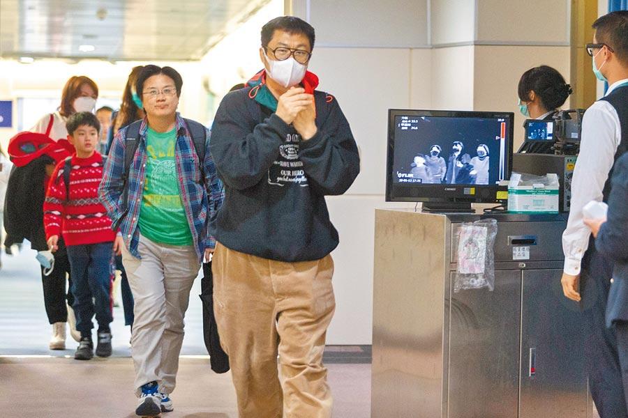 因應大陸2019新型冠狀病毒疫情,衛生福利部疾病管制署啟動加強邊境檢疫應變措施,檢疫人員在空橋門口架設機動型紅外線檢測儀,下機旅客一出登機門後,就直接做發燒篩檢檢疫作業。(陳麒全攝)