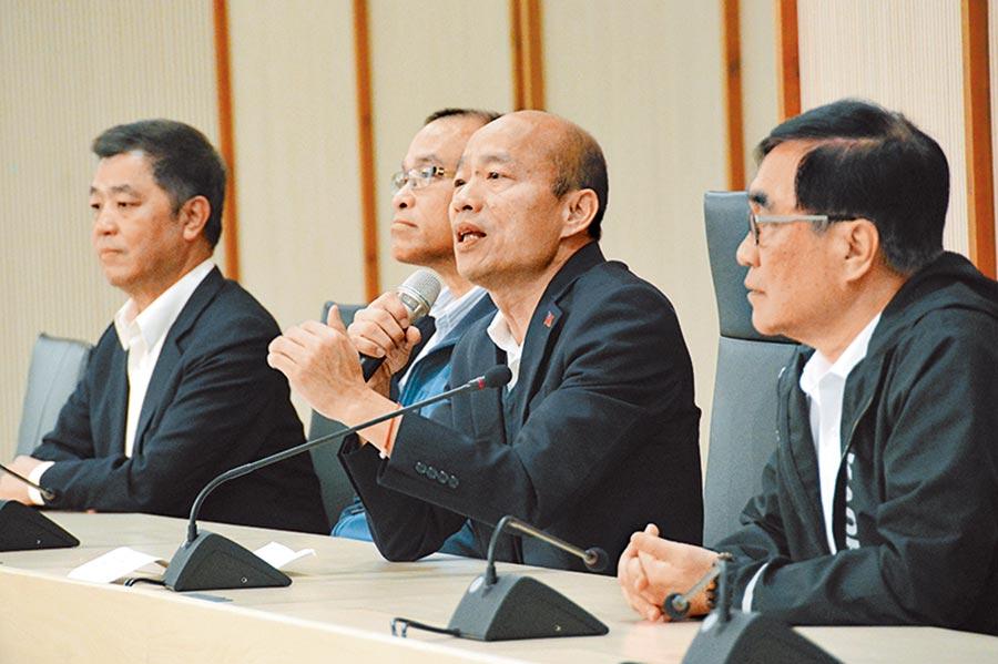 高雄市長韓國瑜13日銷假上班,上午即開記者會回答媒體提問,3位副市長也在旁陪同。(林宏聰攝)