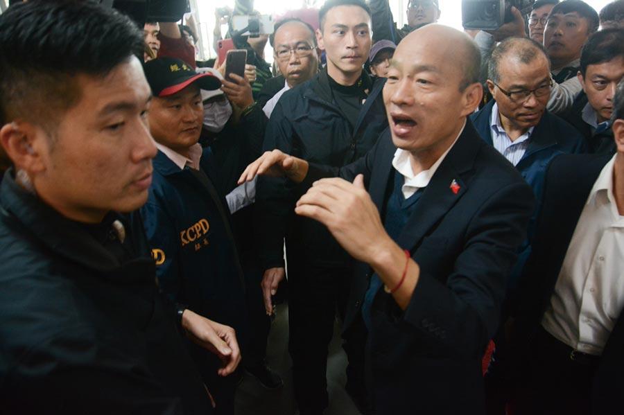 高雄市長韓國瑜13日銷假上班,上午即開記者會回答媒體提問,許多韓粉接獲消息趕到市府,為他加油打氣。(林宏聰攝)