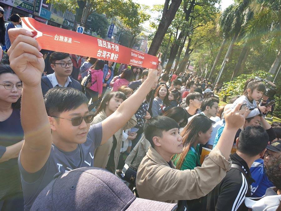 台灣基進與Wecare高雄聯手賣罷免春聯,販售現場擠滿排隊民眾,多數都衝著陳柏惟而來。(袁庭堯攝)