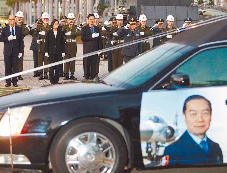 參謀總長沈一鳴上將等8位空難殉職官兵的靈柩13日由三軍總醫院移到松指部,行經國防部前,蔡英文總統(左二)與國防部長嚴德發(左三)率領各級軍官表達最高敬意。(季志翔攝)