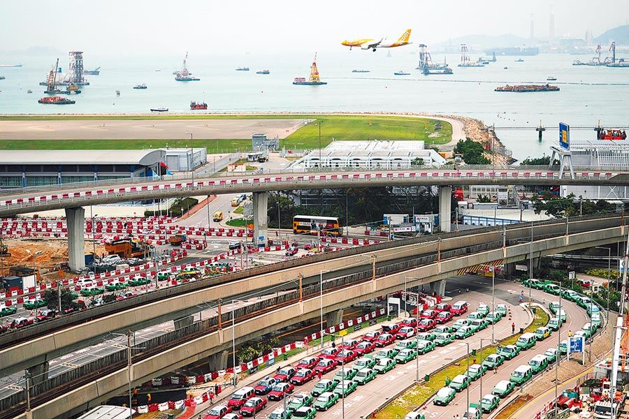 香港助推建構粵港澳大灣區世界級機場群,圖為飛機準備降落香港國際機場。(新華社)