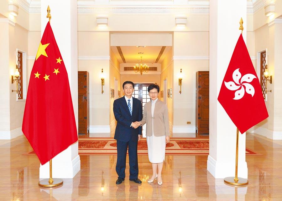 香港特區行政長官林鄭月娥(右)認為,香港作為全球金融中心的優勢地位並未改變。(中通社)