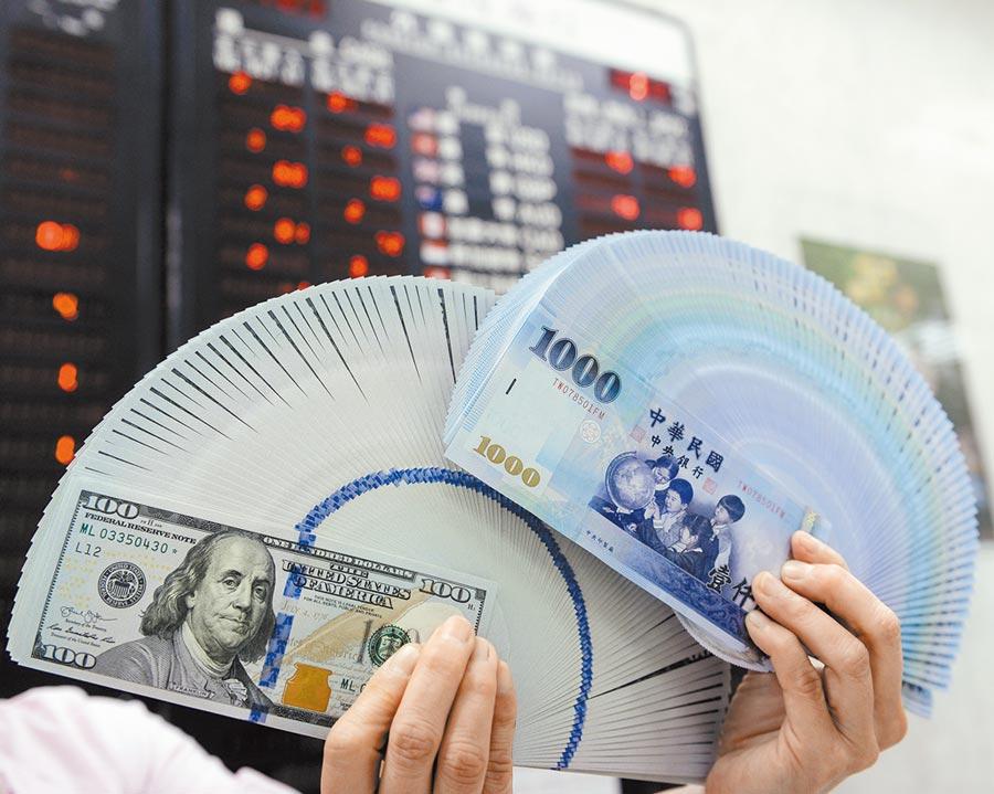 總統大選落幕加上亞幣助攻,台北匯市昨日演出「升破30元」的慶祝行情,新台幣終場以升值6.7分、29.952元作收,暌違1年半來再次見到「2字頭」。(本報資料照片)