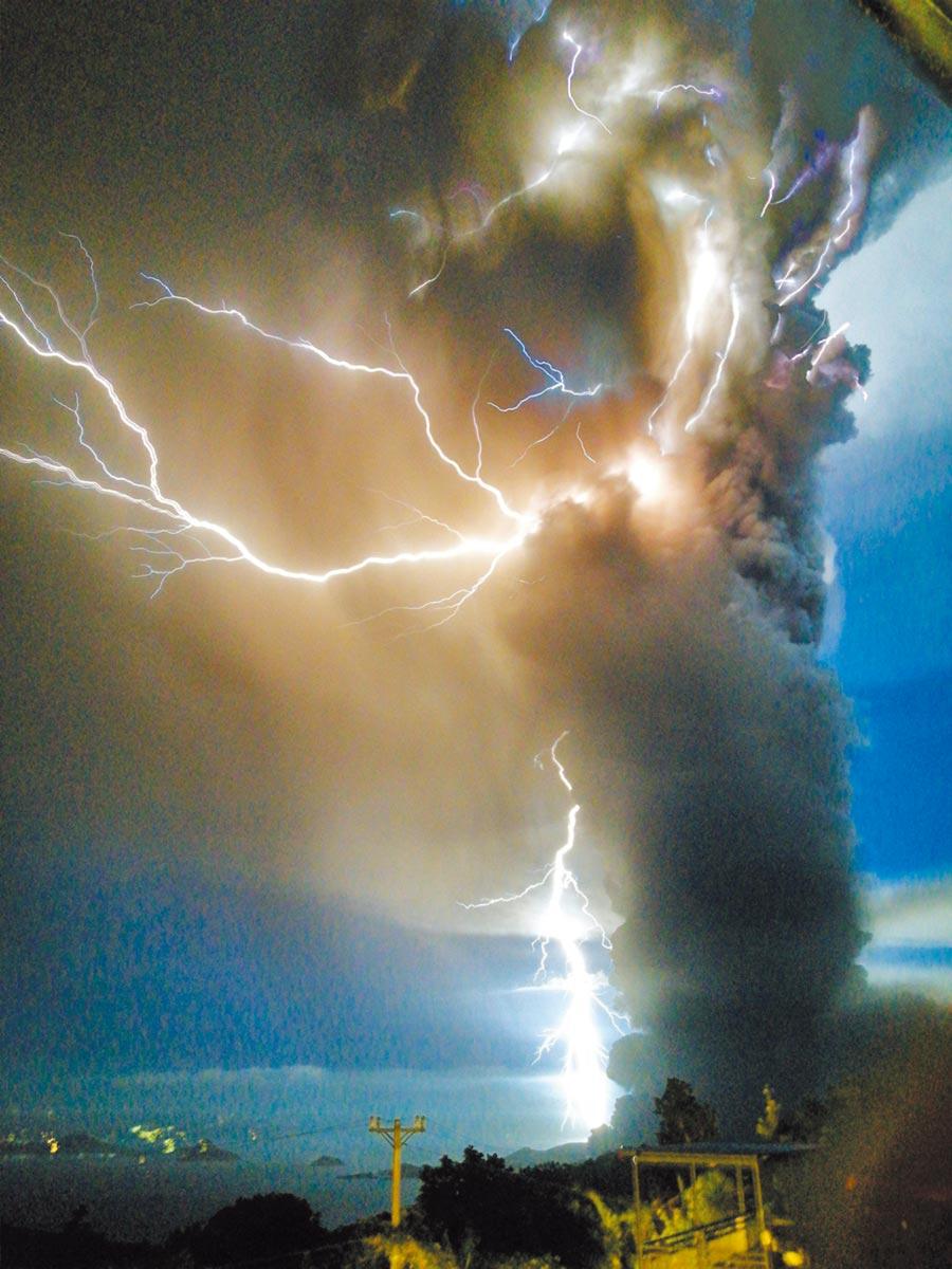 菲律賓鄰近馬尼拉首都圈的塔爾火山(Taal)12日驚傳噴發,伴隨打雷閃電與熔岩的駭人景象。(路透)