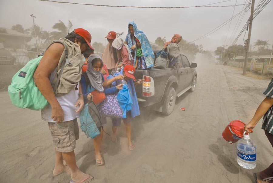 菲律賓鄰近馬尼拉首都圈的塔爾火山(Taal)12日驚傳噴發,當局已下令疏散附近的5萬人,並且通知另外50萬人趕緊離開。(美聯社)