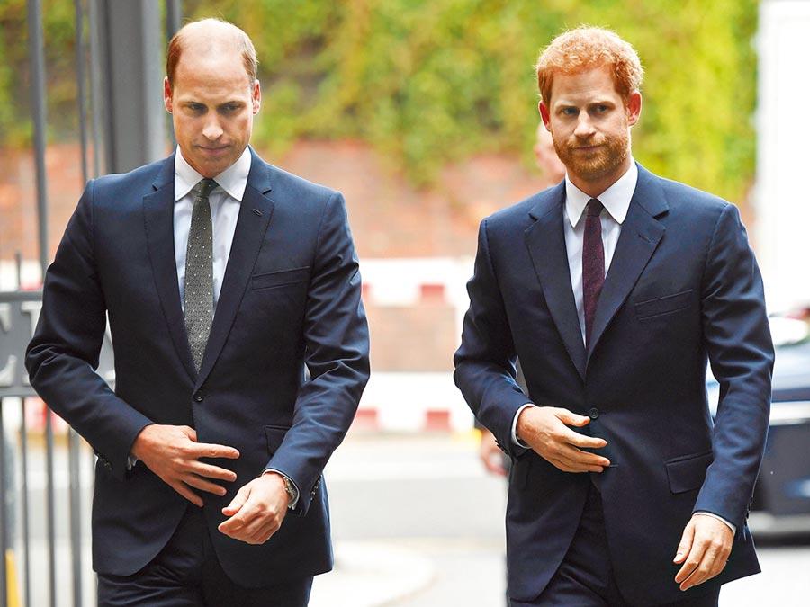 英國薩塞克斯公爵哈利(右)與梅根夫婦上周突然宣布將卸下王室高級成員身分,退居幕後,英國王室大受震撼。女王伊莉莎白二世13日主持緊急峰會,哈利與父親王儲查理、以及兄長威廉王子(左)都將與會,外界也十分關心哈利與威廉這對兄弟是否會鬧到斷絕關係的程度。(美聯社)