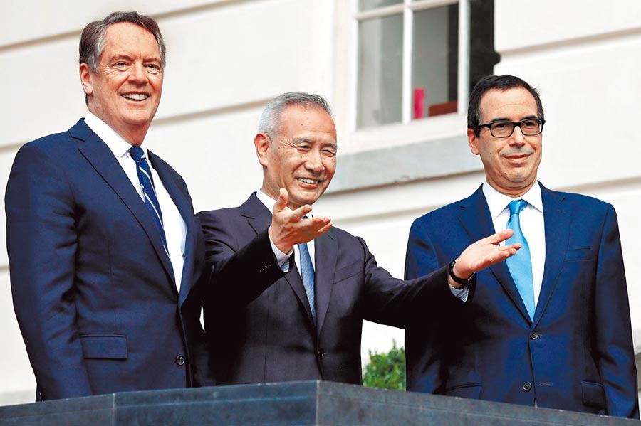 陸美預定15日簽署第一階段貿易協議。中為大陸國務院副總理劉鶴,右為美國財政部長穆努欽。(路透)