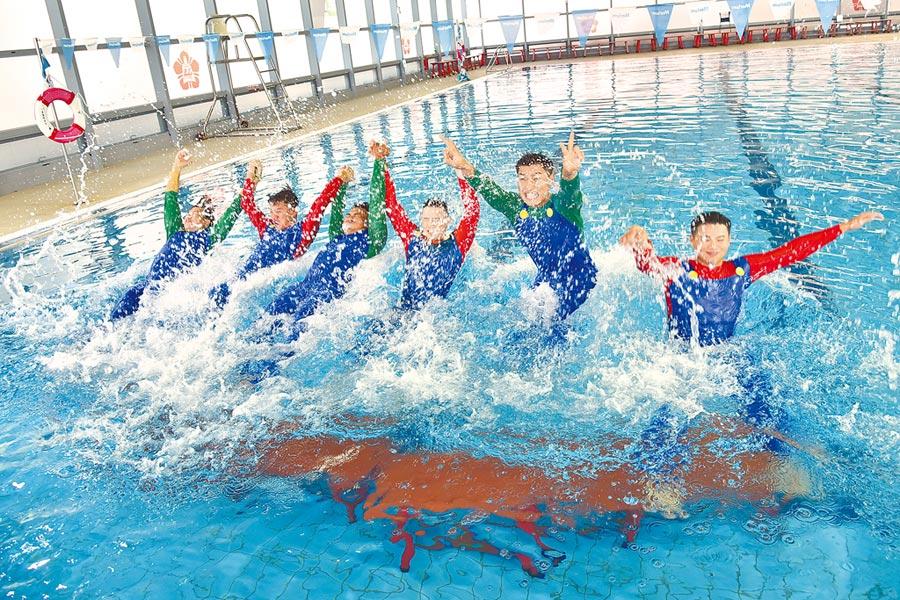 統一獅隊昨春訓開訓第2天,進行傳統的「新人跳水」儀式。(統一獅提供)