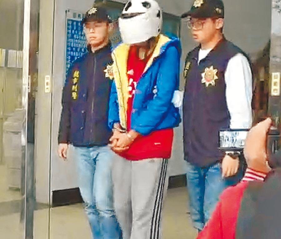 徐姓死者弟弟(中)13日遭警方偵辦移送,檢察官訊後聲押。(呂筱蟬攝)