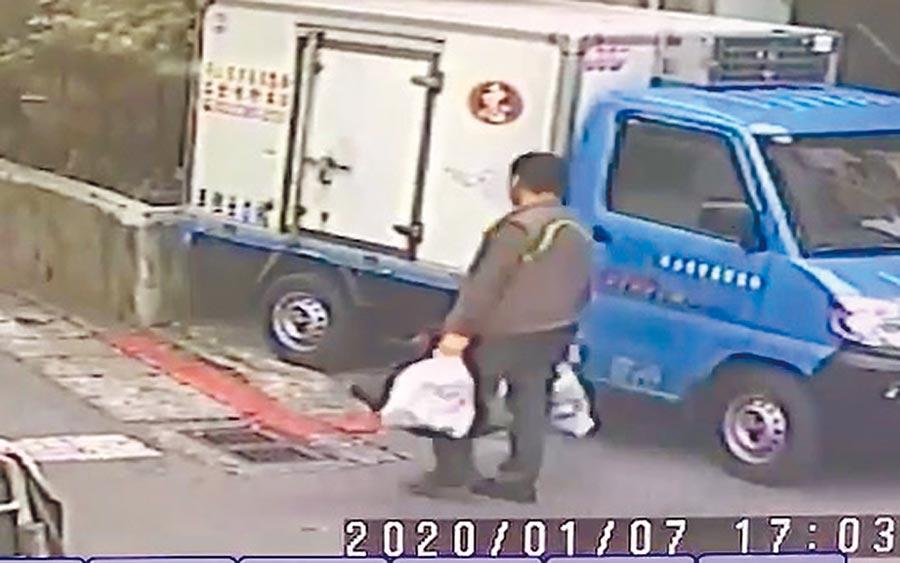 萬華殺人分屍凶嫌林國平「當街提屍」畫面曝光。(民眾提供/李文正台北傳真)