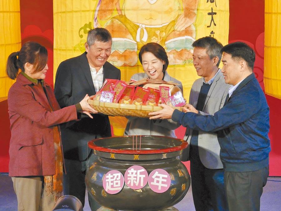 台北市副市長黃珊珊(中)高興的與迪化街商圈業者共同為發財金過爐祈福,希望讓拿到的民眾好運旺整年。(陳俊雄攝)