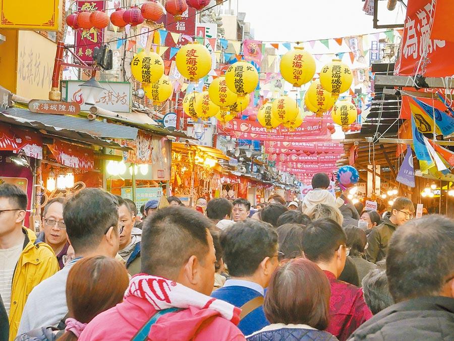農曆新年將屆,迪化街年貨大街也擠滿了採買趕辦年貨的民眾。(陳俊雄攝)