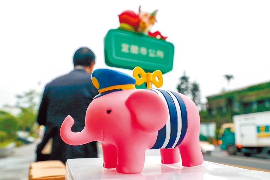 宜蘭市的幾米站牌昨正式啟用,市公所舉辦打卡拍照抽獎活動,有機會獲得幾米幸福小象存錢筒。(李忠一攝)
