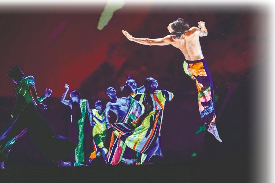 雲門舞集作品《十三聲》,舞者身穿螢光舞衣,在黑暗中跳舞,別具特色。(雲門舞集提供/李欣恬台北傳真)