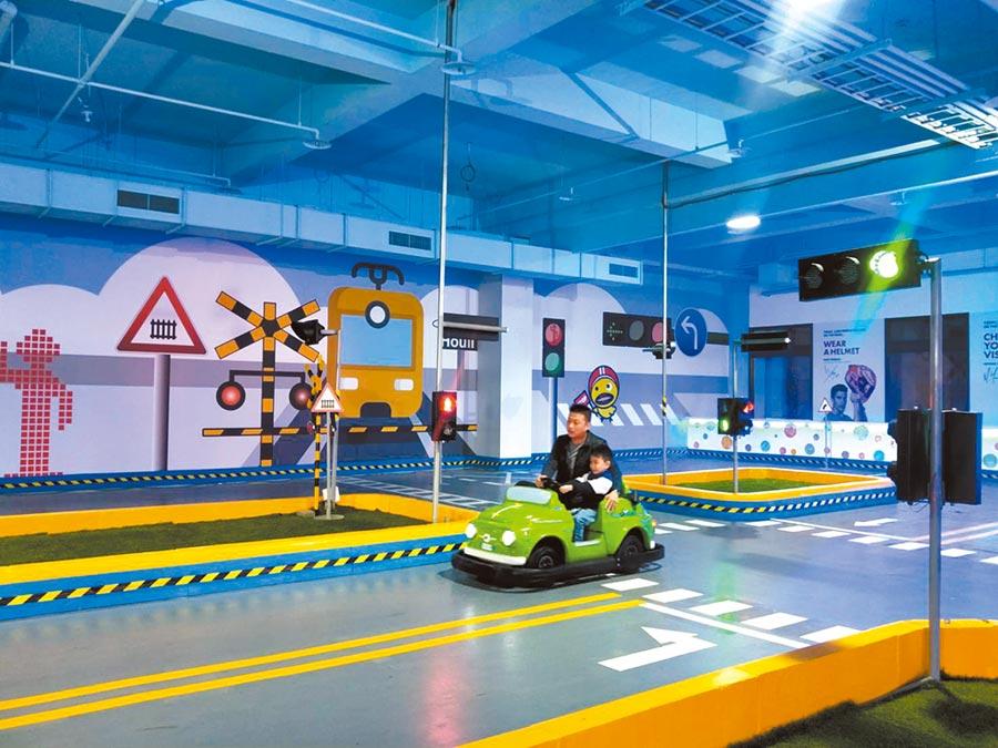 兒童交通安全教育館13日開幕,「路考測驗」最讓學童感到新奇。(陳淑娥攝)