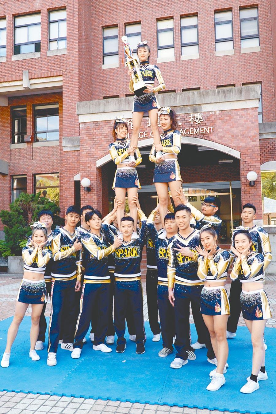 大葉大學SPARK競技啦啦隊參加全國啦啦隊錦標賽,抱回3座獎盃。(大葉大學提供/吳建輝彰化傳真)