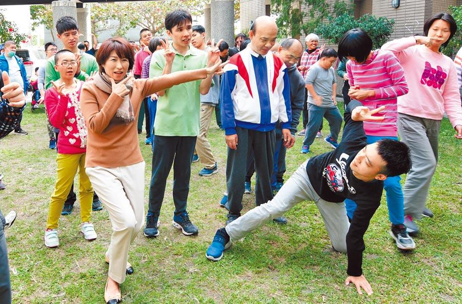 台東縣長饒慶鈴(左前)13日訪視牧心智能發展中心,幫忙促銷年菜認購,並與院童開心互動。(莊哲權攝)