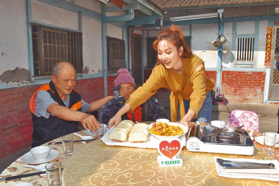 藝人曾莞婷(右)為老老照顧的黃阿嬤、羅大哥母子送暖,更與母子倆提前吃圍爐年菜。(呂妍庭攝)