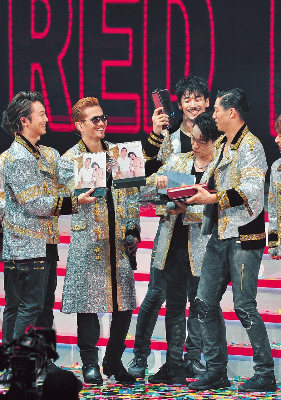 AKIRA(右)見隊友拿到林志玲年曆,反應逗趣。(台視提供)