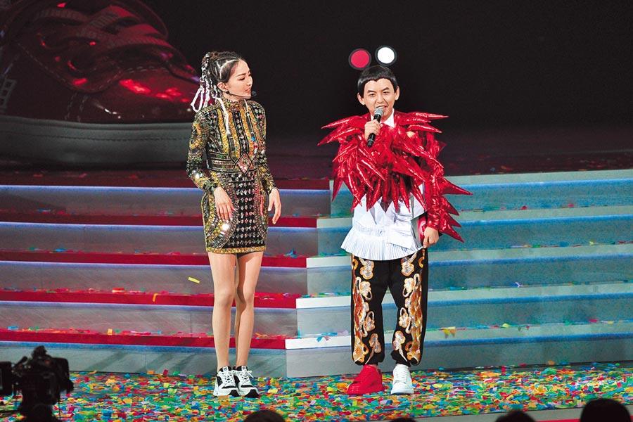 黃子佼(右)與謝金燕相見歡。(台視提供)
