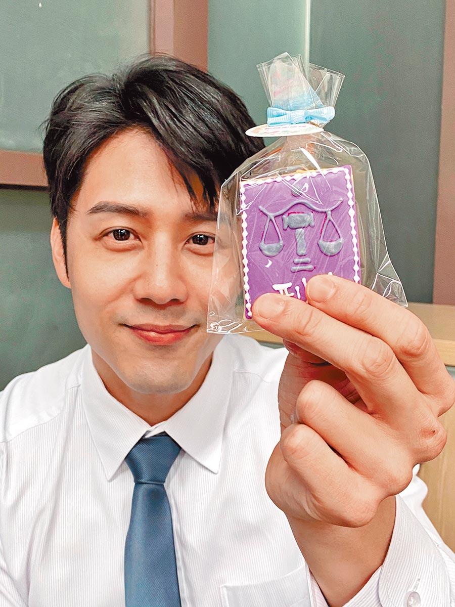 胡宇威粉絲探班,送上《六法全書》造型餅乾。(寶麗來提供)