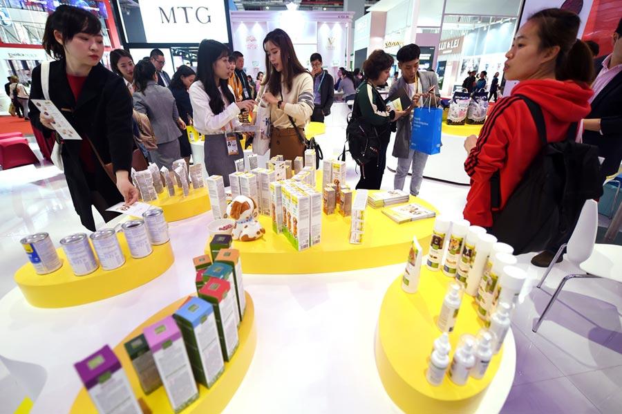 2019年大陸人均GDP將首超1萬美元。圖為2018年11月9日上海舉辦首屆進博會,寵物用品引起觀眾興趣。(新華社)