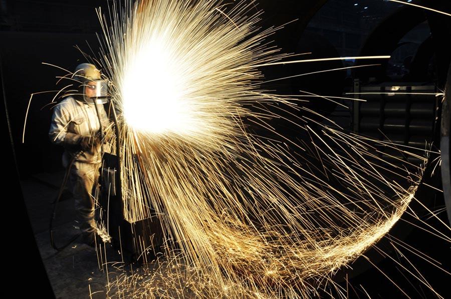 專家分析,要能深化市場化的供給側改革,才是經濟成長關鍵。圖為中海油員工切割海上石油平台預製鋼結構工件。(新華社資料照片)