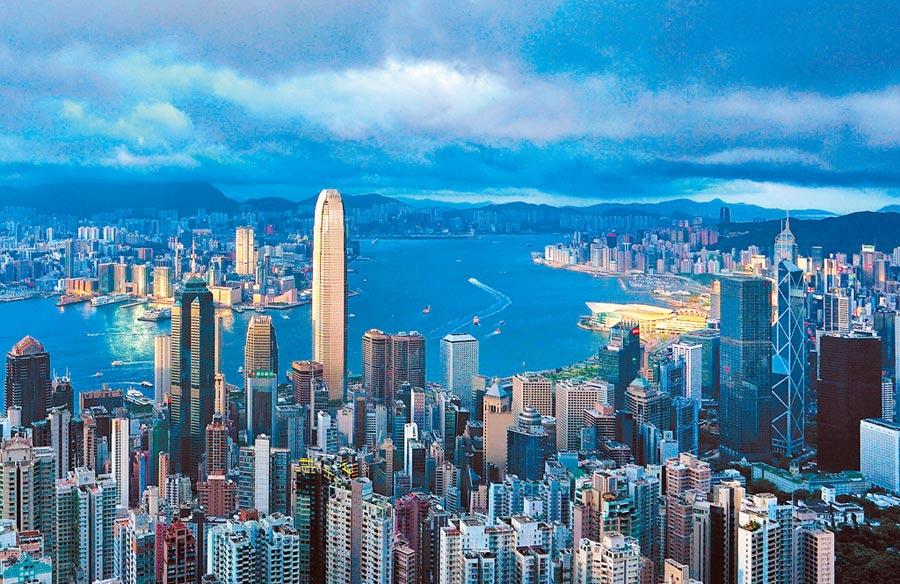 香港全球金融中心優勢未被削弱。圖為空拍香港維多利亞港。(中新社資料照片)