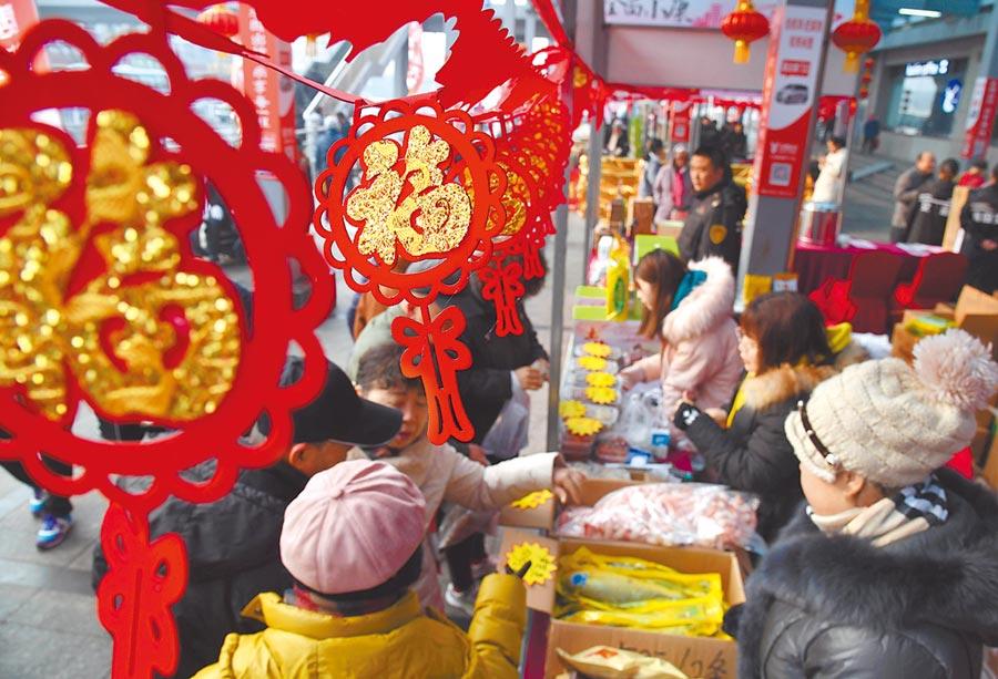 1月11日,市民在青島健康廣場年貨大集選購商品。(新華社)