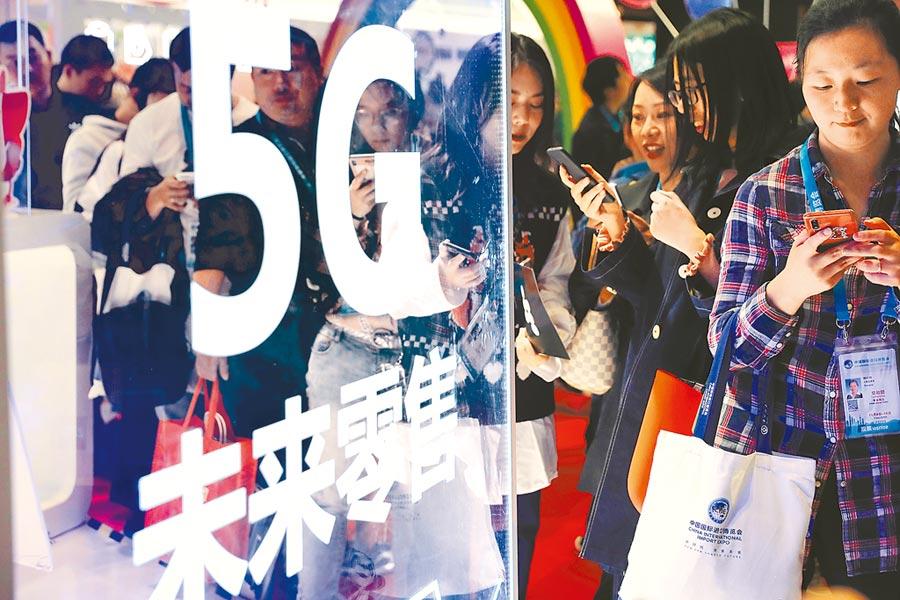 2019年11月9日,民眾在進博會體驗5G購物。(中新社)