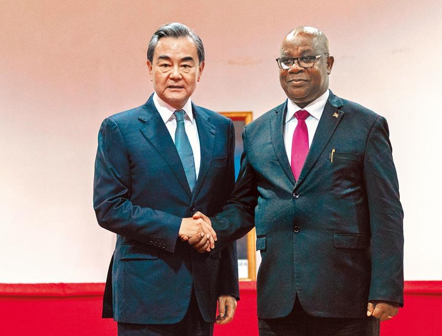 1月11日,大陸外交部長王毅(左)與蒲隆地外長尼比吉拉舉行會談。(新華社)