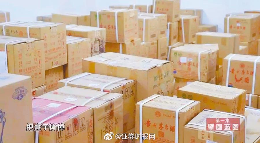 王曉光家裡堆滿4000多瓶茅台酒。(取自新浪微博@證券時報網)