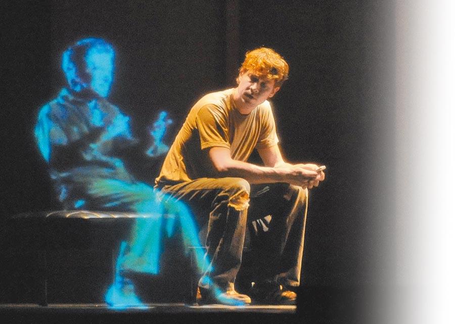 加拿大多媒體劇在南京上演藝術家和虛擬立體影像人物同台互動。(新華社資料照片)