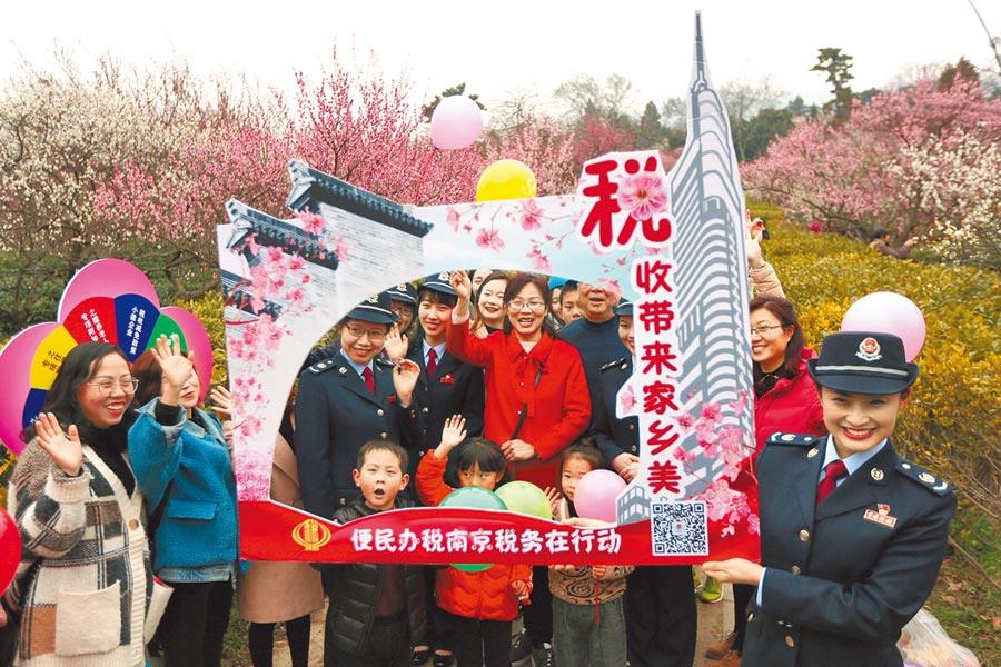 大陸再降小微融資成本。圖為南京市稅務宣傳義工「便民辦稅春風行動」活動。(中新社資料照片)
