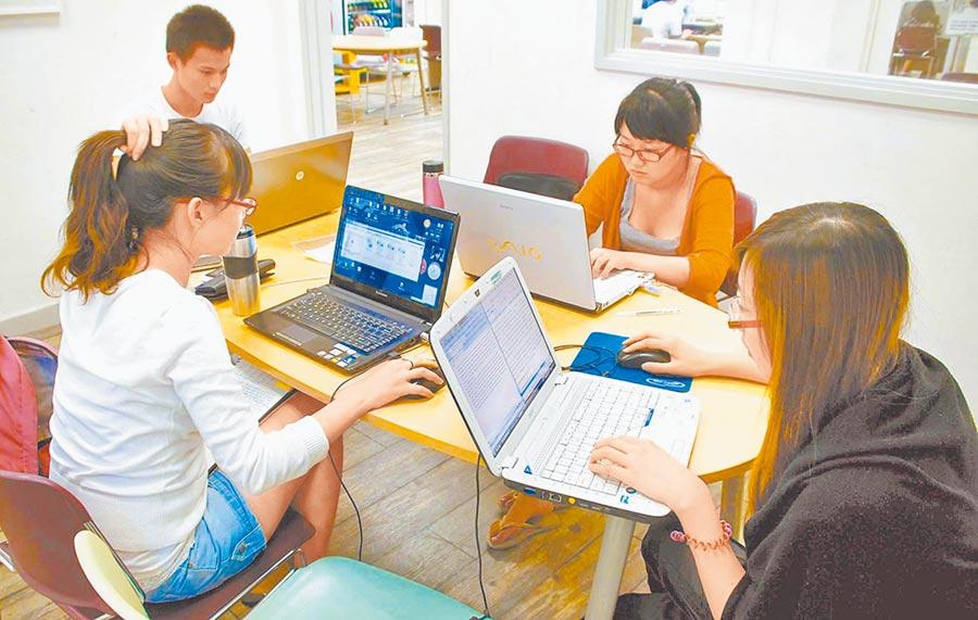大陸學生在圖書館撰寫論文。(新華社資料照片)