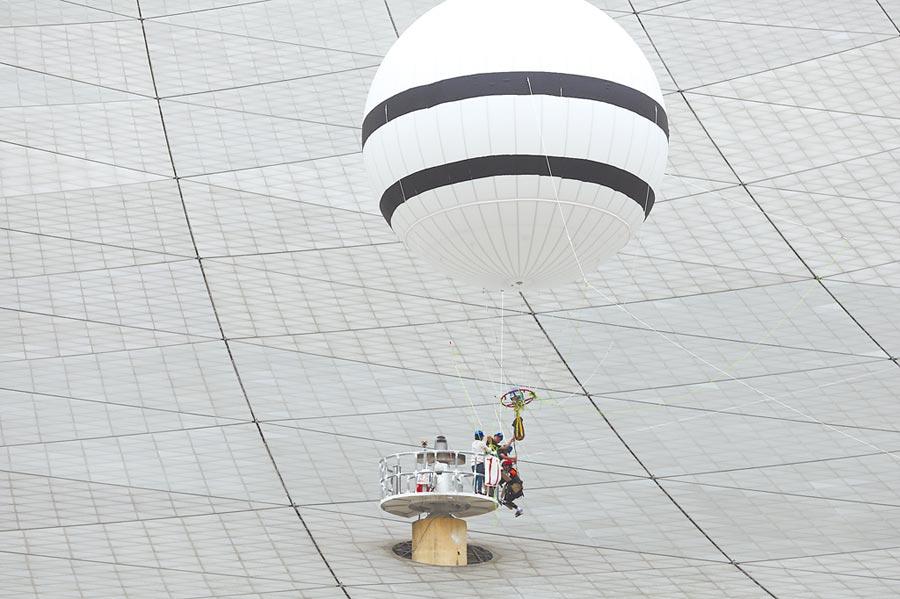 2019年8月30日,「微重力蜘蛛人」是運用氦氣球浮力減輕重量。(新華社)