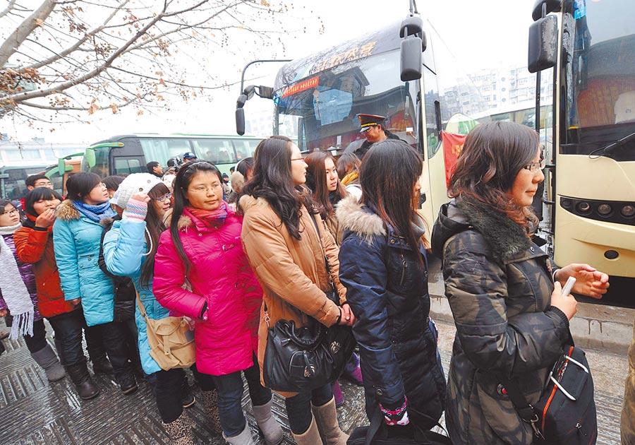 民眾在南京中央門長途汽車站準備乘坐巴士返鄉。(新華社資料照片)