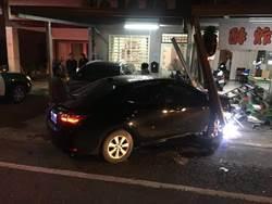 自小客車衝撞民宅 警方釐清誰駕駛